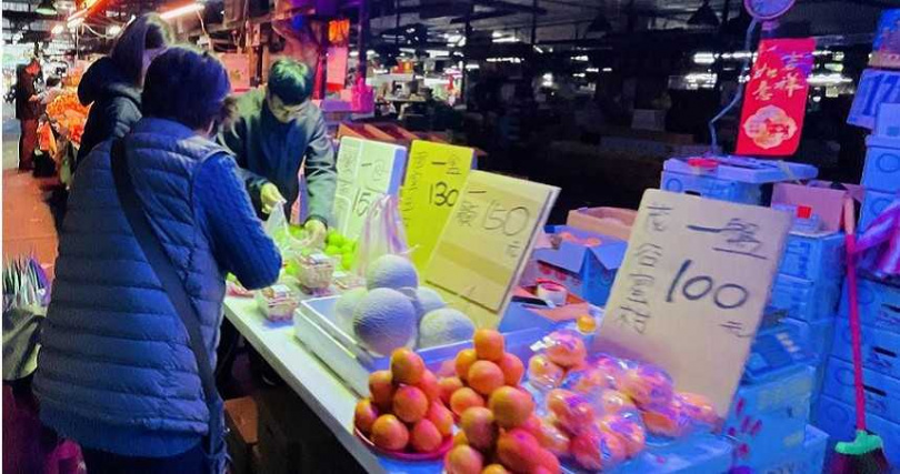 果菜市場開市吸引人潮群聚 民眾憂爆發群聚感染 北農:防疫絕不鬆懈。(圖/吳康瑋攝)