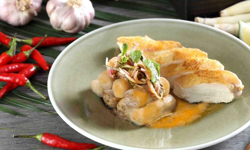 泰菜新吃:嫩烤雞胸襯泰式燻茄沙拉佐蝦米辣檸汁。(380元)(圖/MEGA 50提供)