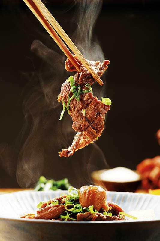 「蘿蔔栗子燉牛筋」使用本土黃牛牛筋肉,與秋冬盛產的栗子、蘿蔔燉煮,加入白味噌提鮮,超級下飯。(390元/套餐)(圖/于魯光)