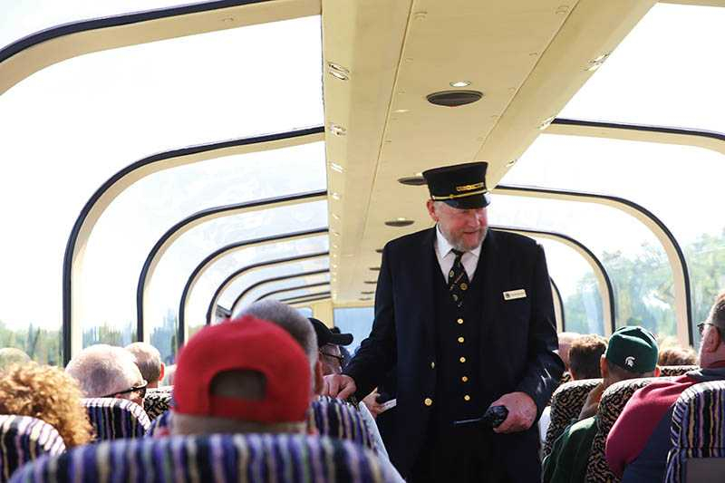 列車上的超大觀景窗,讓阿拉斯加美景一覽無遺。(圖/妮可魯攝)