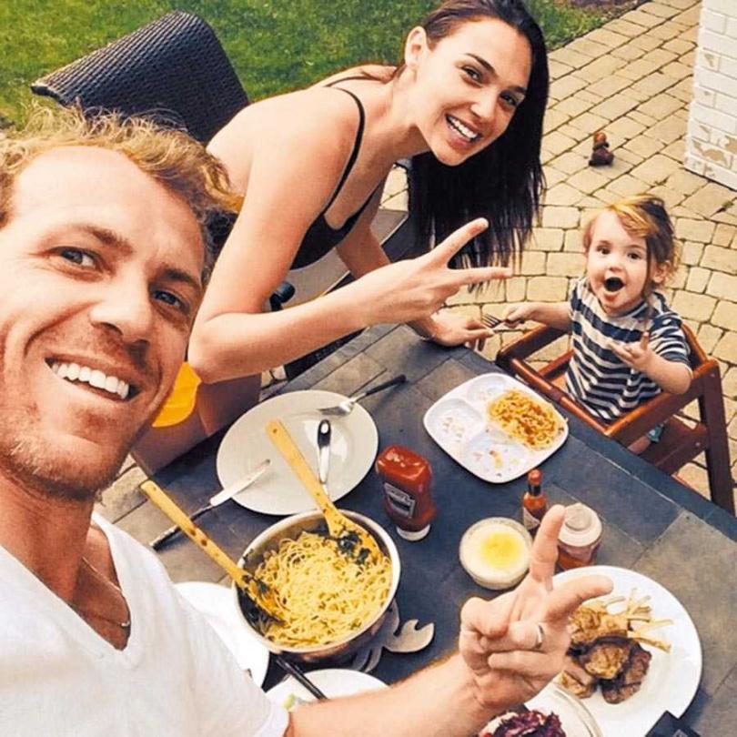蓋兒加朵(中)與老公和女兒在疫情期間享受難得的家庭時光。(圖/摘自IG)