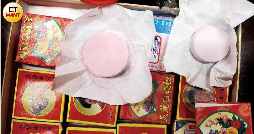 七星娘娘的供品大多為女性用品,舊時多為口紅、粉餅與鏡子等,時下少女則喜歡奉上保養品,七夕當日也會準備麻油雞與油飯慶祝。(圖/王永泰攝)