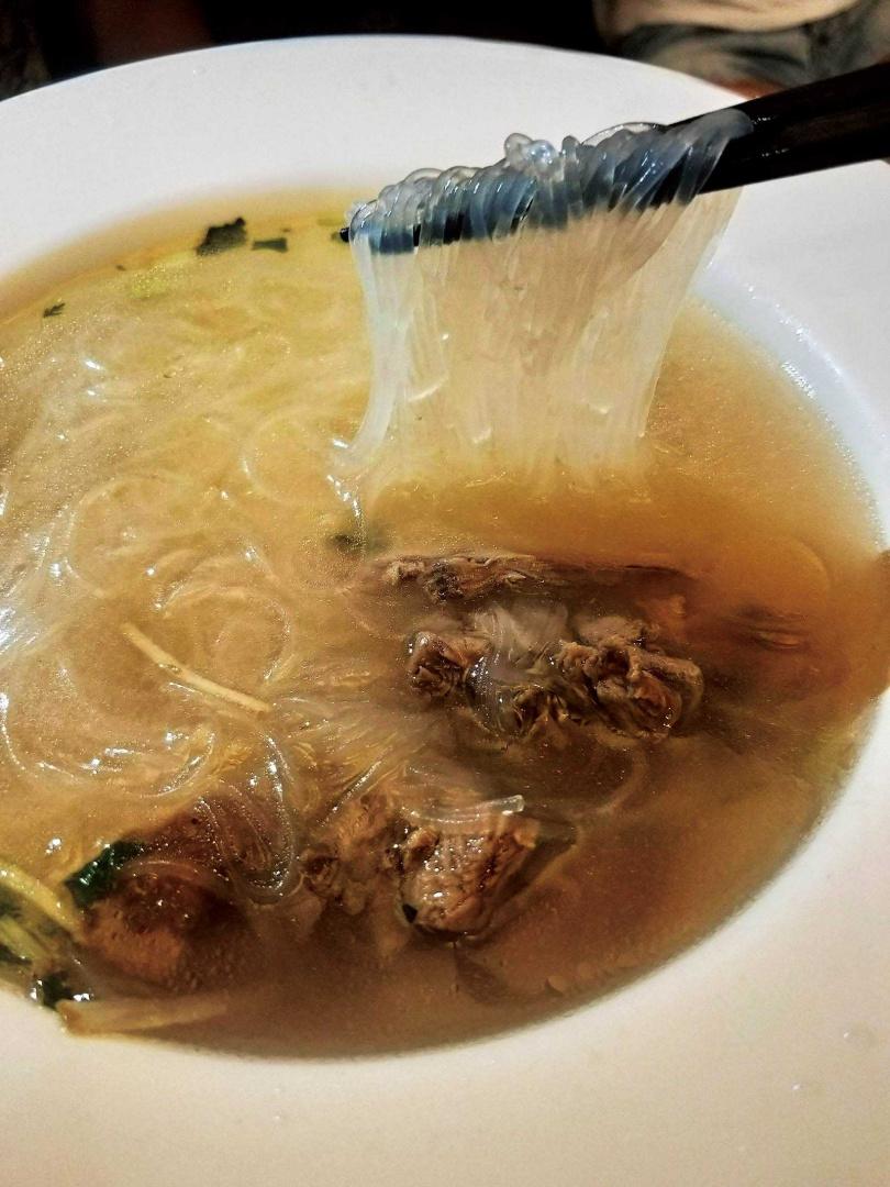 招牌「冬粉鴨」湯頭清甜細緻,湯內香菜、芹菜與薑絲完美搭配,相當好吃。(50元/碗)(圖/高靜玉攝)