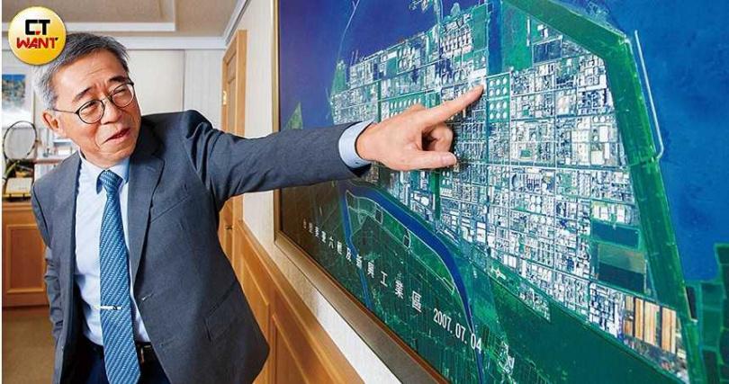 當年擔任六輕建廠總舵手的王文潮,向本刊介紹填海造陸而成的六輕園區;現今新能源當道,台塑集團已著手太陽能、風電與鋰鐵電池的新布局。(圖/黃威彬攝)