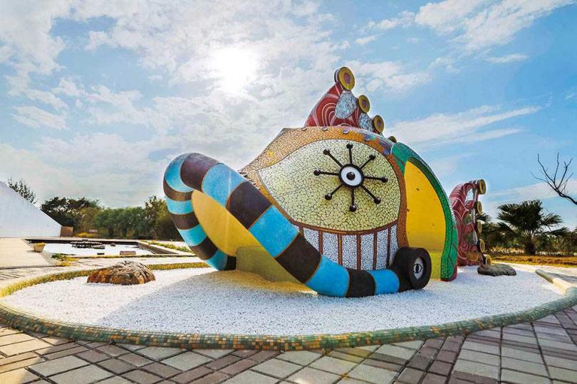 口湖遊客中心的廣場裝置藝術「海將軍的頭冠」,將傳統信仰中的海洋守護神「媽祖」轉化為海將軍,提醒大家珍惜環境。(圖/林士傑攝)