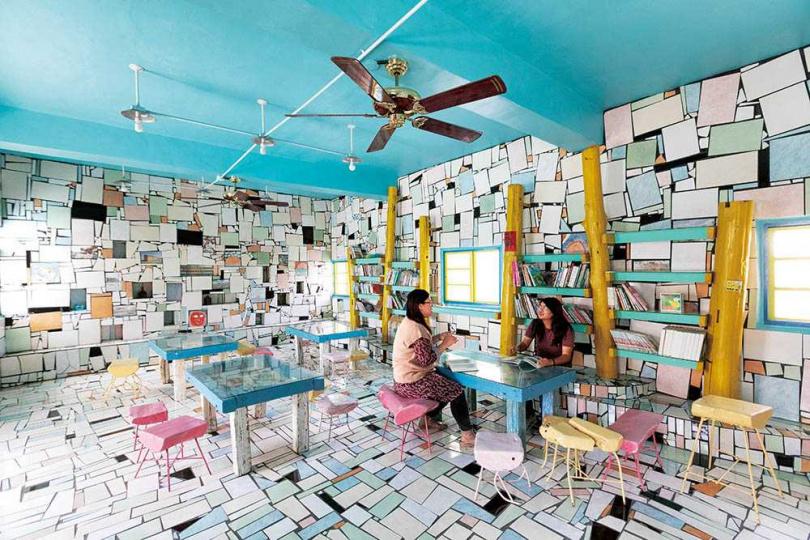 「成龍集會所」以磁磚拼貼得相當繽紛,可以在此稍作休息與自由閱覽。(圖/林士傑攝)