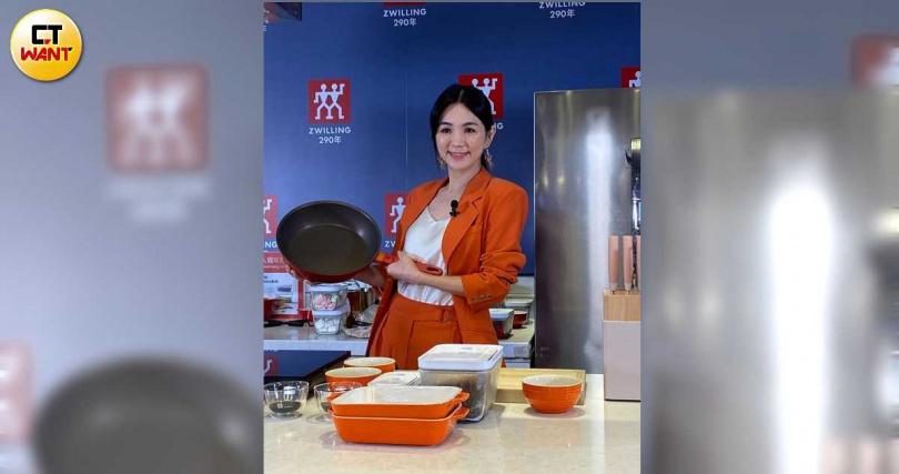 Ella愛下廚,對於廚房各種器具都運用自如。(圖/梅衍儂攝影)