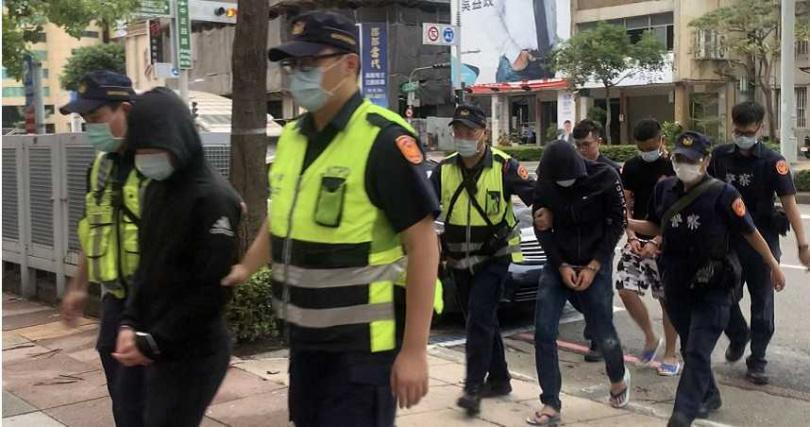 由於現場鬧事衝突酒客,對警方有肢體上拉扯,警方將涉嫌3名男子依法送辦。(圖/翻攝畫面)