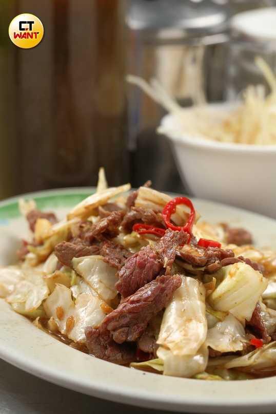 只加醬油與高麗菜的「古早味炒牛肉」是很好的下酒菜。(100起)