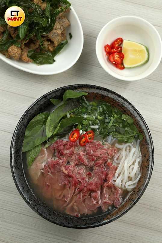 以台灣牛現燙的「牛肉河粉」,是種越皮台骨的新吃法。(100元)