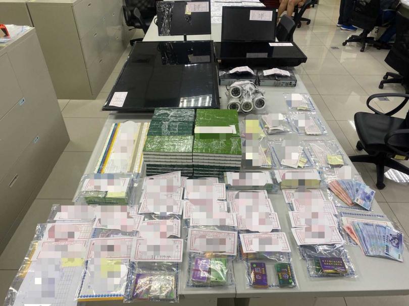 警方在現場查獲抽頭金16萬,籌碼賭資40萬,麻將賭具等物。(圖/翻攝畫面)