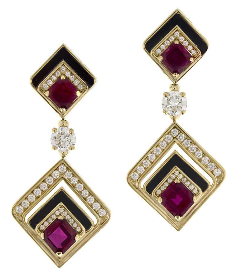 BVLGARI「Wild Pop」系列頂級紅寶石與縞瑪瑙耳環╱頂級黃K金耳環,鑲嵌縞瑪瑙、4顆紅寶石、2顆圓形明亮切割鑽石與密鑲鑽石。(圖╱BVLGARI提供)