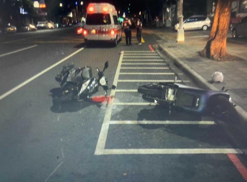 肇事騎士因酒駕騎車丟下機車逃逸,救護員到場將傷者送醫。(圖/讀者提供)