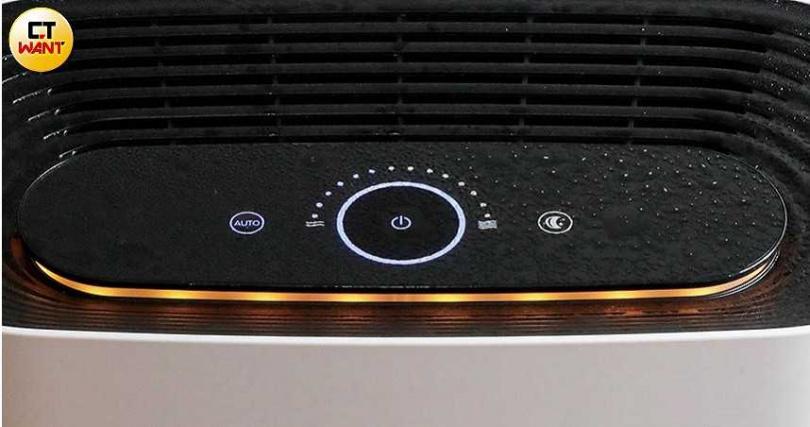 面板上的環狀空氣品質指示燈以藍、橘、紅3色顯示,分別代表良好、一般和不佳的空氣品質。(圖/馬景平攝)