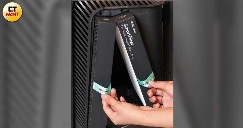 打開前蓋,便可拉出V字形的SmartFilter智能濾網,此濾網可將細菌、汙染物徹底包覆,避免外漏。(圖/馬景平攝)