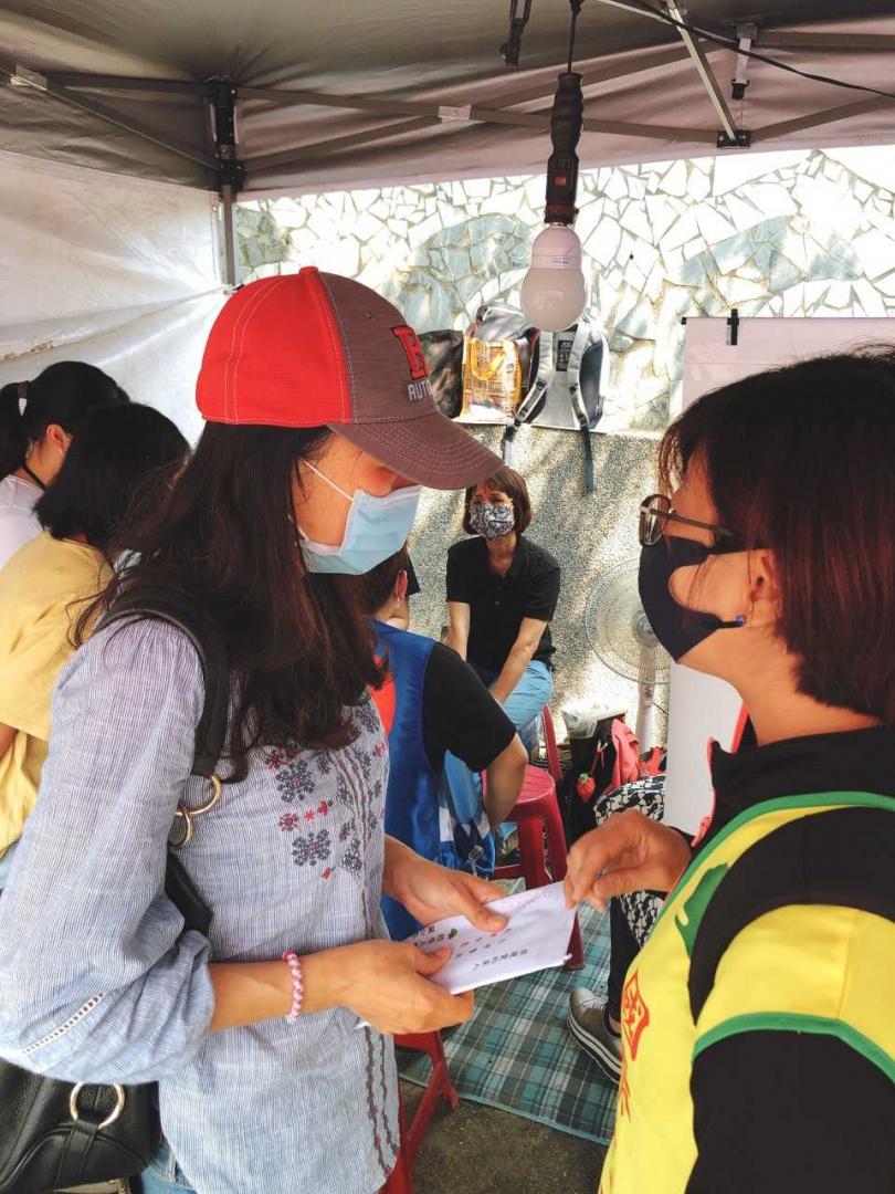 國泰金控實習生在這場事故中罹難,國泰志工於現場陪伴慰問實習生的母親。(圖∕國泰金控提供)