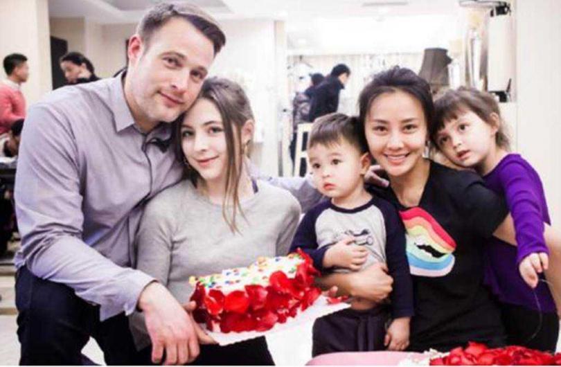 馬雅舒再婚外籍老公後,育有一對可愛的混血兒女,她對繼女也視如己出,一家人感情很好。(圖/翻攝自微博)