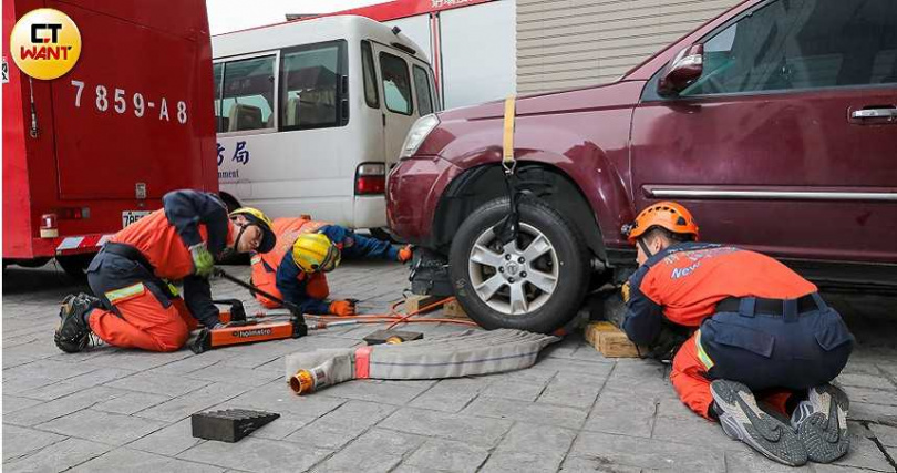 南雅分隊隊員8日上午進行車禍脫困訓練,模擬患者被卡在車底的狀況,務求在黃金時間內將傷患救出。(圖/馬景平攝)