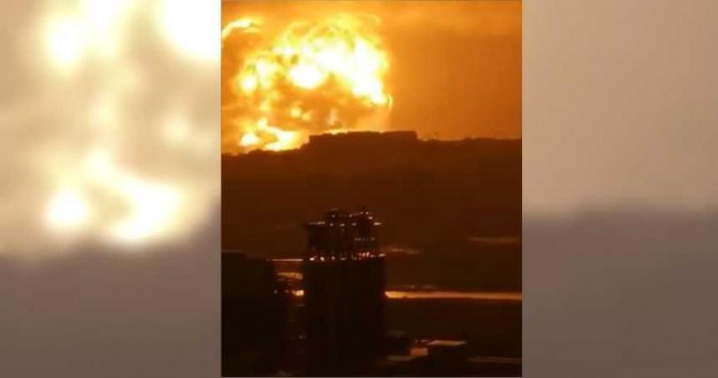河南洪水暴漲蔓延進工廠,導致合金溶液爆炸。(圖/翻攝自微博)