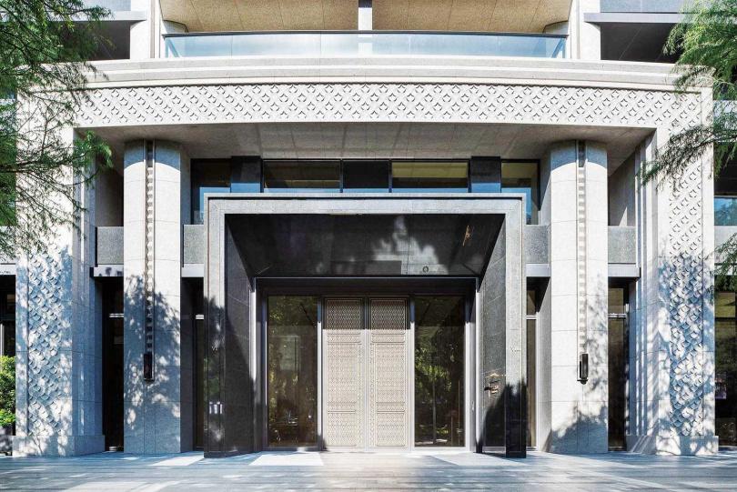 每戶要價2億元的「華固名鑄」,門面裝潢頗為氣派,加上周邊環境好,附近又有不少明星學校,吸引許多名人看屋。(圖/翻攝自華固建設官網)
