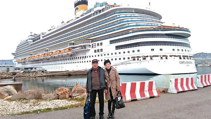 陳翁在皇冠號郵輪前和交往20年的龐女合影後,開心展開地中海之旅,卻淪為「人球」。
