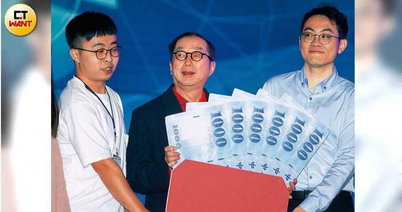 重視創新的林百里,曾在2019年廣達的尾牙上,頒發高額獎金給研發團隊。(圖/黃威彬攝)
