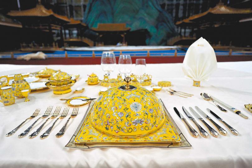 2014年大陸舉APEC峰會歡迎宴使用的餐具富麗堂皇。(圖/中新社資料照片)