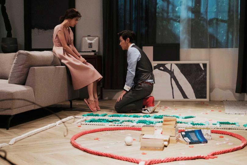 宥勝在《戒指流浪記》骨牌示愛林予晞。(圖/晴天影像)