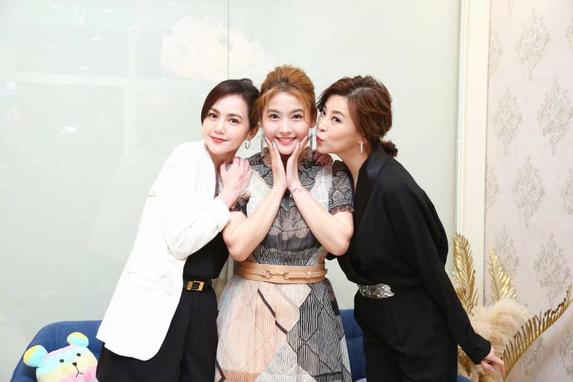 好姐妹方馨、簡沛恩為王樂妍新店開幕站台。(圖/超級紅娛樂提供)