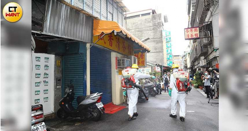 北市環保局12日下午至萬華地區著名茶街、龍山寺周邊進行消毒作業。(圖/黃鵬杰攝)