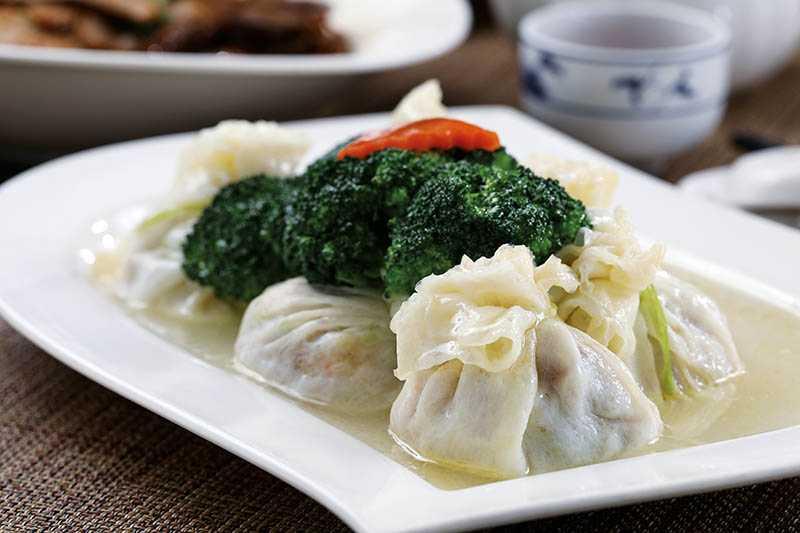 外型似石榴的「發財石榴雞」,是以蛋皮包裹著豐富餡料。(80元/顆)(圖/于魯光)