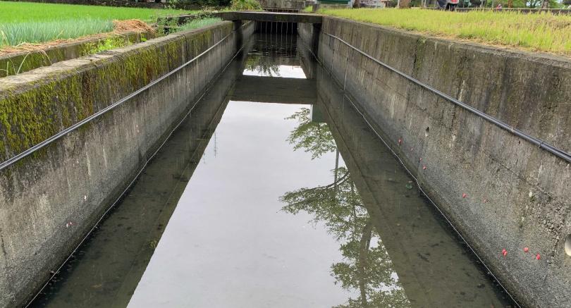目前農藥灌溉水渠的水量偏低,因此農民得靠抽水機才能引水。(圖/攝影組)
