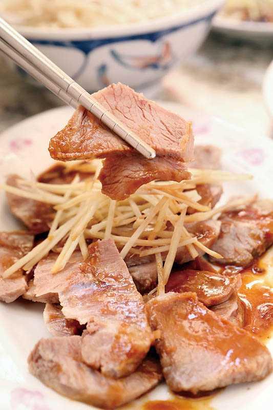 「黑白切」嘴邊肉切得較薄,鮮嫩中不失嚼勁。(60元) (圖/于魯光)