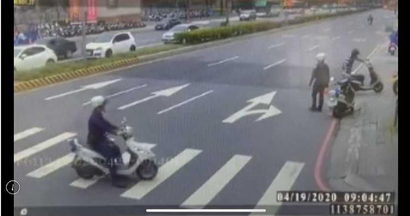 教練在路人的協助下報警,警方抵達時,兩人已經沒有停止鬥毆。(圖/翻攝畫面)
