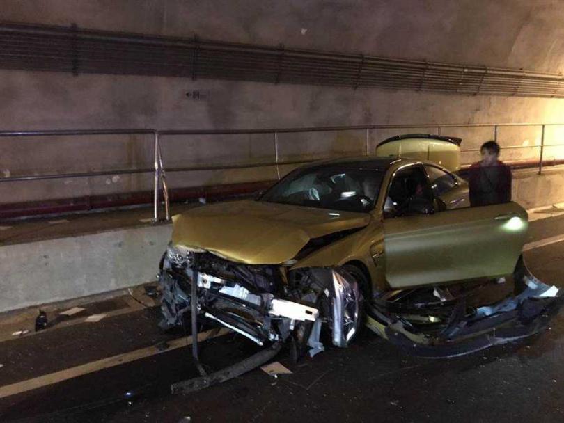 其中金色BMW車頭全毀,駕駛嚇傻在車內。(圖/警方提供)