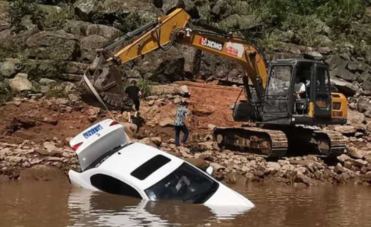 楊女和馬男連人帶車墜入河中。