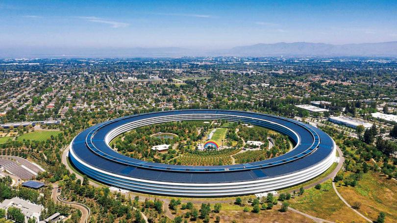 蘋果公司實踐清潔能源政策,要求全球廠辦100%使用綠電。圖為蘋果公司位於美國加州的總部「Apple Park」。(圖/翻攝自維基百科)