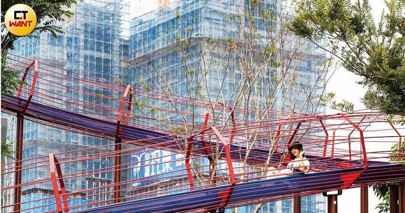 中路重劃區風禾公園擁有全桃園最長的50米滾輪溜滑梯,一旁還有沙灘及遊樂設施,假日吸引不少親子遊玩兼賞屋。(圖/黃威彬攝)