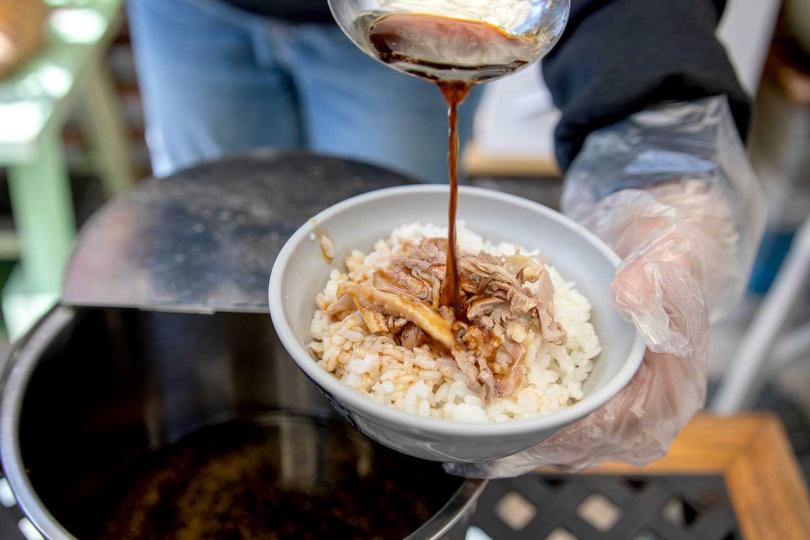 「老受鴨肉飯」的鴨肉飯調味清爽,是北港人記憶中的味道。(25元)(圖/焦正德攝)