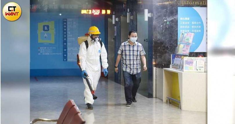 和平醫院5月13日曾進行消毒。(圖/張文玠攝)