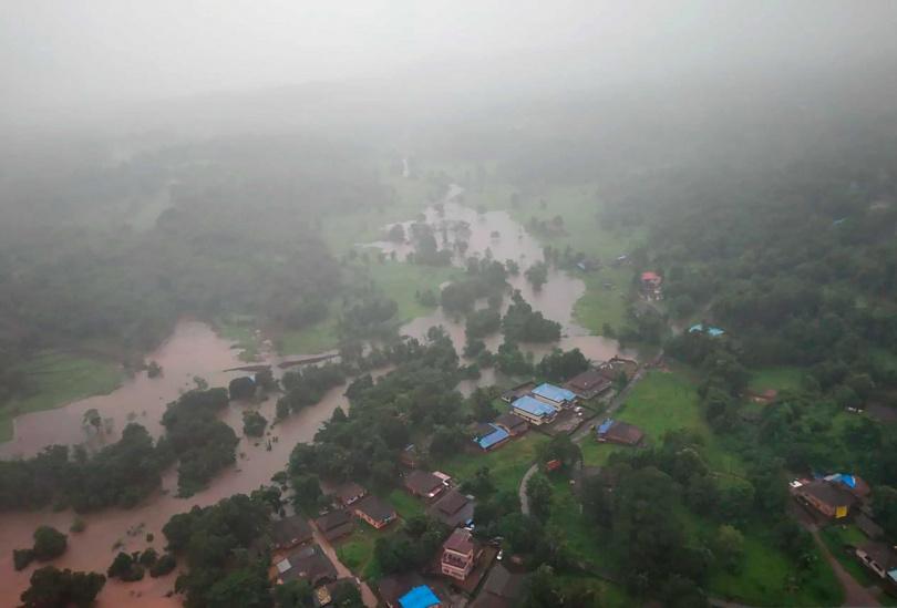 印度西部的馬哈拉施特拉邦淹水情形嚴重,許多村莊的對外交通全面中斷。(圖/達志/路透社)
