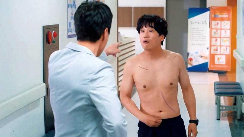 《警察課程》劇中有很多小鮮肉,車太鉉卻在第一集就脫到只剩內褲,讓他不解地說:「為什麼我會有裸露戲?」(圖/翻攝自KBS臉書)