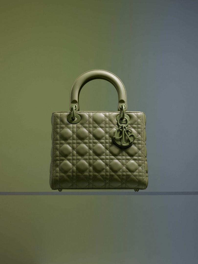 Lady Dior Ultra Matte 斐翠綠籐格紋小牛皮中型提包/150,000元(圖/品牌提供)