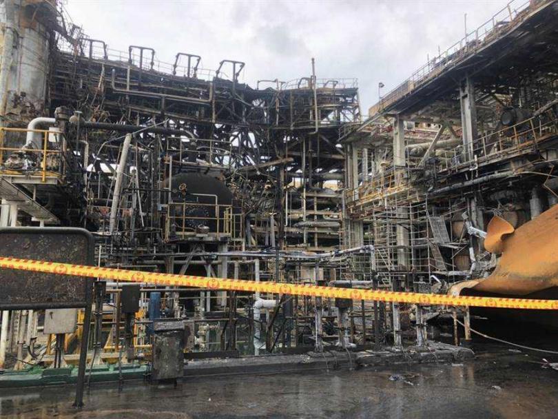 雲林縣麥寮鄉六輕廠區台塑化煉製2廠15日爆炸,設施付之一炬。(圖/雲林縣府提供)