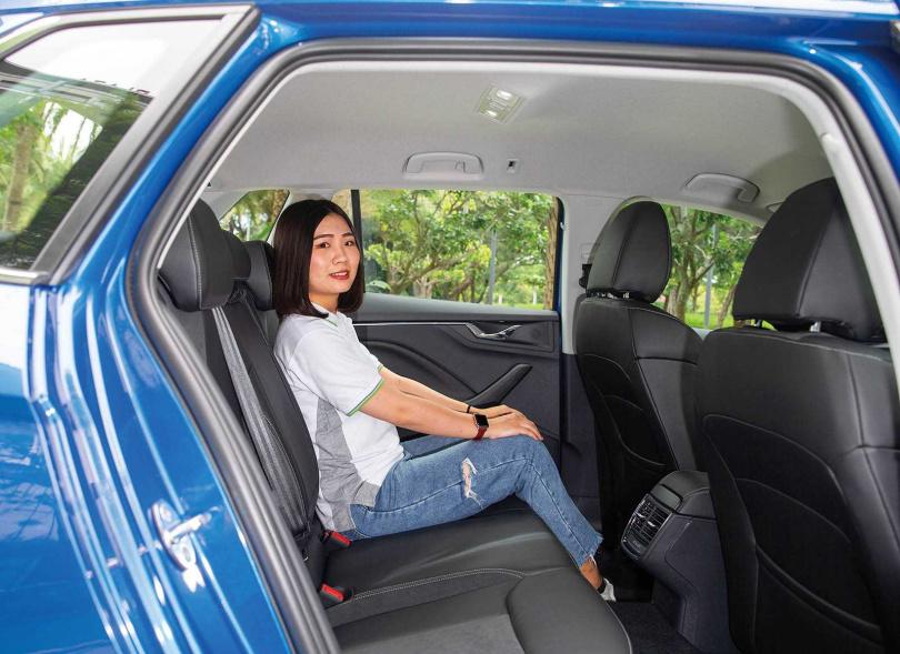 後座膝部空間十分寬敞,為同級車之最,配備後座冷氣出風口也是同級對手沒有的。(圖/黃耀徵攝)