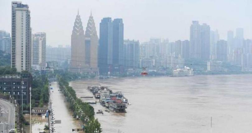 長江洪水過境重慶淹沒濱江的南濱路,江中船隻已與路面齊平。(圖/中新網)