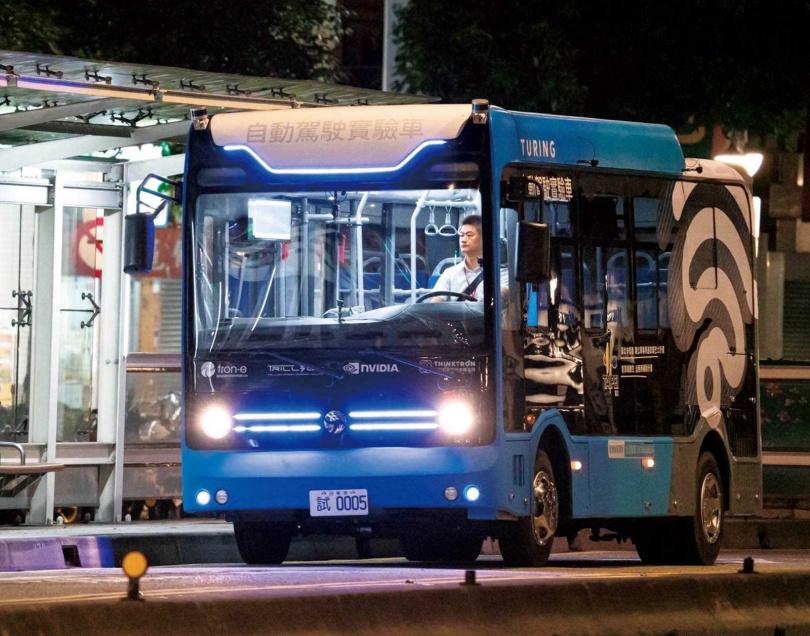 台灣智慧駕駛(Turing Drive)主導研發的自駕巴士,現已上路測試,正是5G與AI結合的實例。(圖/台灣智慧駕駛提供)