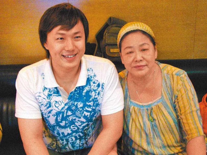 蕭煌奇(左)和媽媽感情緊密。(圖/環球音樂提供)