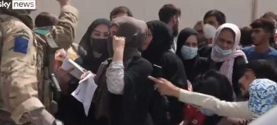 大批阿富汗人民向英軍尋求幫助。(圖/翻攝自SKY NEWS推特)