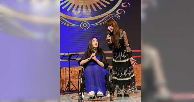 張瓊瑤帶著女兒張語安一同登台,兩人獻唱〈有一天我會〉。(圖/台灣愛與希望關懷協會提供)